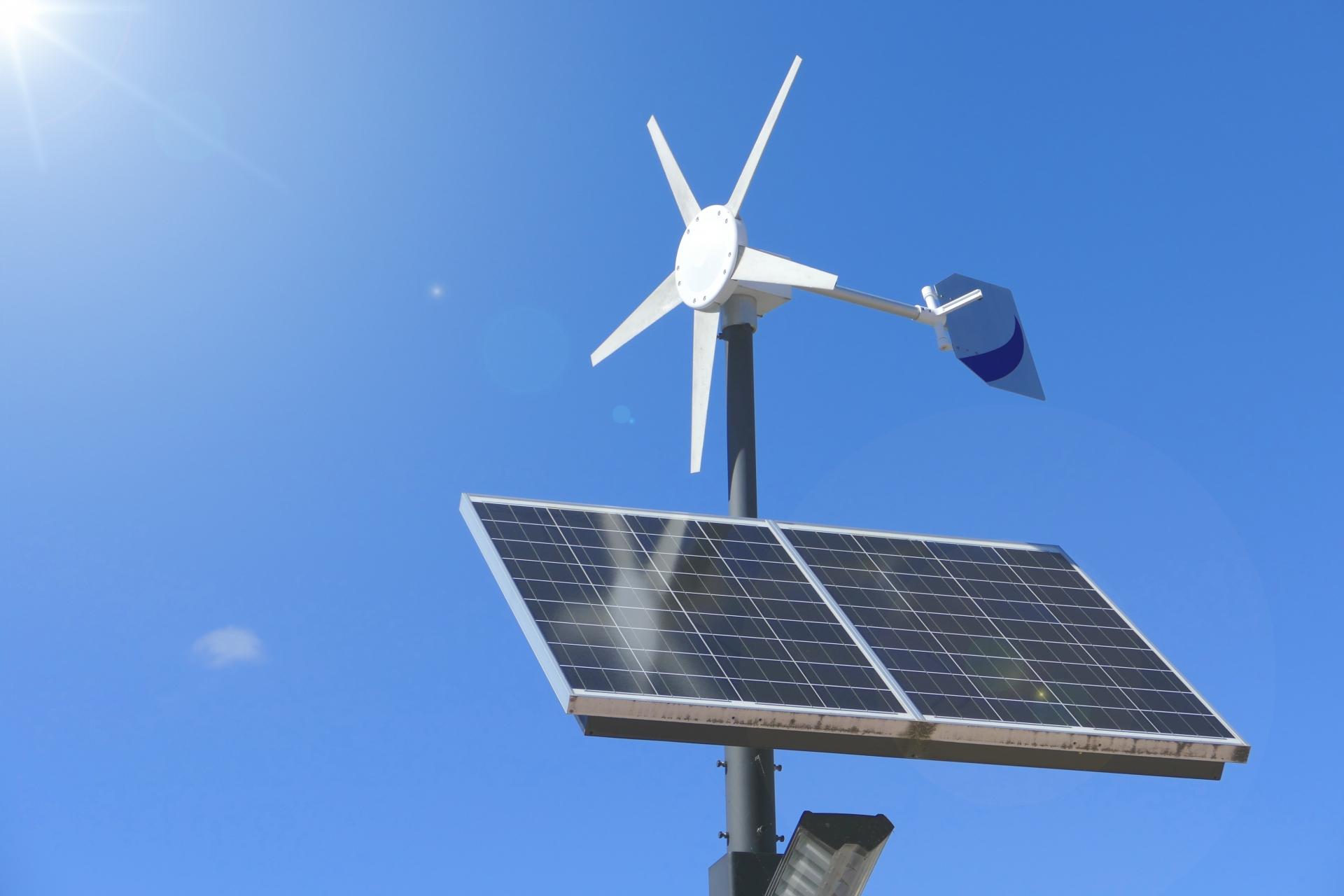 太陽光発電と風力発電のハイブリッド街路灯